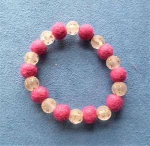 Handgefertigtes Armband aus Filzperlen und Acrylperlen - Geschenk für Mädchen und Frauen - Handarbeit kaufen