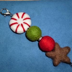 Taschenanhänger *Weihnachten*  mit Schmuckkarabiner in weihnachtlichen Farben - Geschenk für Frauen - - Handarbeit kaufen