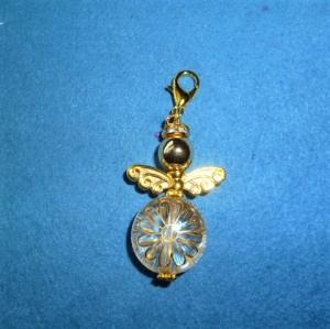 Handgefertigter weihnachtlicher Geschenkanhänger  *Engelchen  mit goldenen Flügeln*  - Handarbeit kaufen