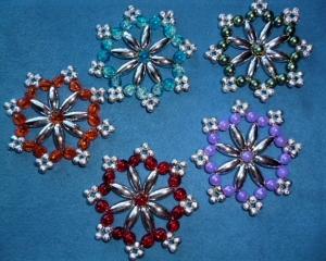 Weihnachtssterne aus Perlen  - Schöner Christbaumschmuck - im 5er Set - Geschenkanhänger - Handarbeit kaufen