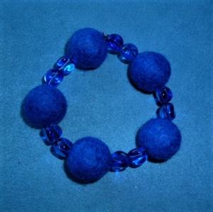 Handgefertigtes Armband aus Filzperlen und Glasperlen - Geschenk für Mädchen und Frauen   - Handarbeit kaufen