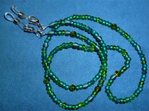 Handgefädelte zierliche  Brillenkette/Maskenkette in Grüntönen - Farbe des Monats -