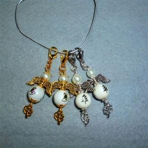 Handgefertigte Mini-Engel als Geschenkanhänger mit weihnachtlichem Motive im 4er Set  - Handarbeit kaufen