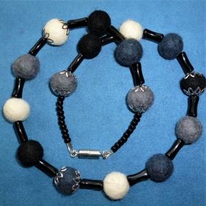Handgefertigte Halskette aus Filzperlen und Glasperlen - Geschenk für Mädchen und Frauen    - Handarbeit kaufen