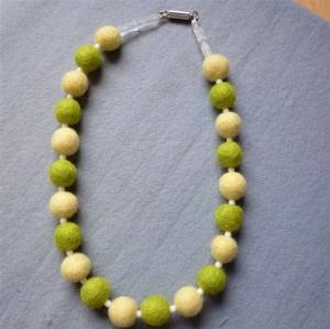Handgefertigte Halskette aus Filzperlen und Glasperlen - Geschenk für Mädchen und Frauen    (Kopie id: 100269779) - Handarbeit kaufen