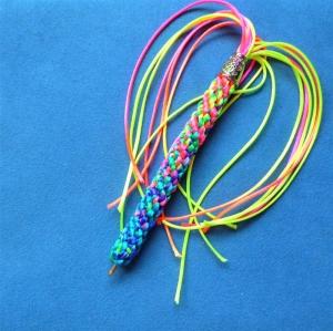 Umflochtene Kugelschreibermine in Regenbogenfarben - Geschenk für Mädchen und Frauen   - Handarbeit kaufen