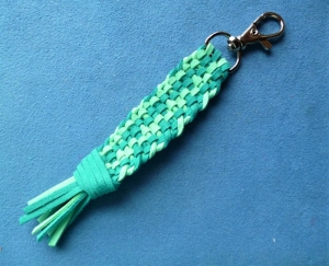 Schlüsselanhänger*handgeflochten aus Kunstleder  mit Karabiner - Geschenk für Frauen und Männer  (Kopie id: 100285663) - Handarbeit kaufen