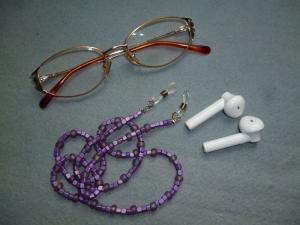 Handgefädelte zierliche Brillenkette *flieder*  - Handarbeit kaufen