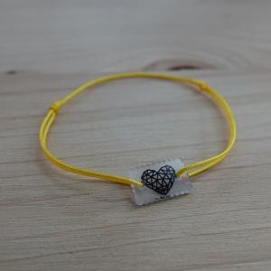 Gelbes Armband (0,8 mm) mit selbstgemaltem Herz-Anhänger