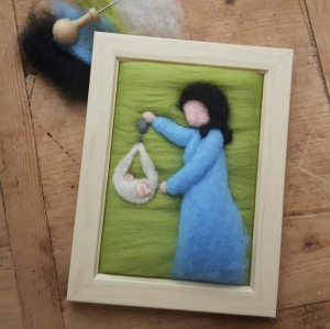 Gefilztes, individuelles Hebammenportrait. Hebamme mit Baby im Wiegetuch