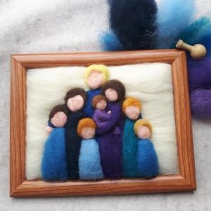 Handgefilztes, individuelles Familienportrait aus Wolle (8 Personen: 2 Erwachsene und 6 Kinder)