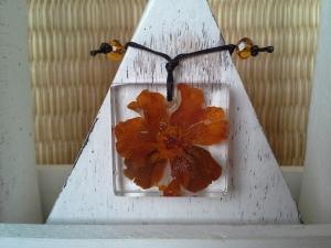 Kette mit Anhänger ☀ Blüte in Harz  ☀, an dünner Kette - Handarbeit kaufen