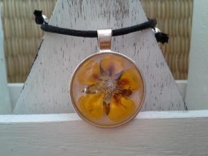 Kette ☀ gelbe Blume ☀, Anhänger mit echter Blüte an einer Baumwollkette - Handarbeit kaufen