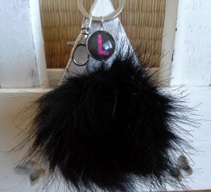 Schlüsselanhänger ★ Bommel ★ ♡, mit  Kunstfell-Bommel und Initialen-Anhänger - Handarbeit kaufen