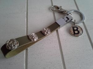 Schlüsselanhänger ★ Rose ★ ♡ , aus Kunstleder mit Nieten und Initialenanhänger - Handarbeit kaufen