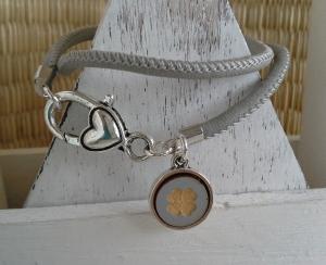 Armband ♥ Kleeblatt ♥, Wickelarmband aus Kustlederband mit doppelseitigem Anhänger - Handarbeit kaufen