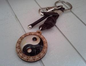 Schlüsselanhänger ★ Yin und Yang ★ ♡ , aus Kunstlederband mit Holz-Cabochon-Anhänger  - Handarbeit kaufen