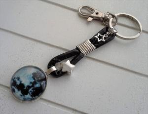 Schlüsselanhänger ★ Mond ★ ♡ , aus Kunstlederband mit fluoreszierendem Cabochon-Anhänger  - Handarbeit kaufen