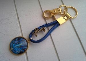 Schlüsselanhänger ★ Ganesha-Motiv ★ ♡ , aus Kunstlederband mit Cabochon-Anhänger     - Handarbeit kaufen