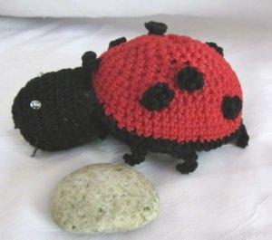 Marienkäfer ♡ handgehäkelt aus Baumwolle in Rot und Schwarz als Dekoration oder zum Verschenken kaufen