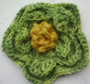 Brosche ♡ Ansteckblüte handgehäkelt aus handgefärbter Wolle in Grün kaufen