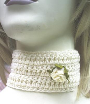 Handgehäkeltes Halsband Damen ♡  aus Baumwolle in Creme mit einer kleinen Rose kaufen - Handarbeit kaufen