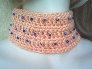 Handgehäkeltes Halsband ♡ Halsschmuck Damen aus Baumwolle in Lachsrosa mit blauen Rocailles kaufen - Handarbeit kaufen