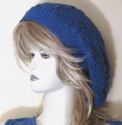 Mütze handgestrickt aus Baumwolle im Zopfmuster in Königsblau kaufen