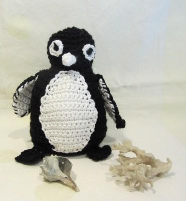 Kleiner Pinguin ♡ handgehäkelt aus Baumwolle und Polyacryl als Dekoration oder zum Verschenken kaufen