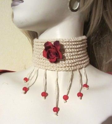 Halsband ♡ handgehäkelt aus Baumwolle in Creme mit roten Perlen kaufen