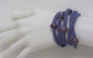 Handgestricktes Wickelarmband Damen aus Baumwolle in Lila auch als Halskette tragbar kaufen - Handarbeit kaufen