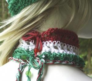 Handgehäkeltes Halsband Damen aus Baumwolle in Rot Weiß und Grün mit Perlen kaufen - Handarbeit kaufen