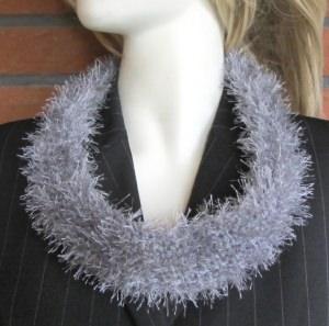 Rundschal handgehäkelt aus Fransenwolle in Grau kaufen