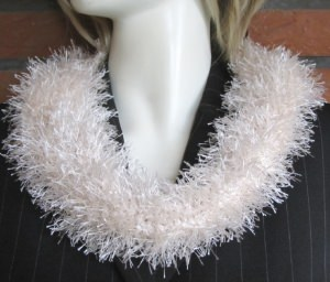 Rundschal handgehäkelt aus Fransenwolle in Creme kaufen