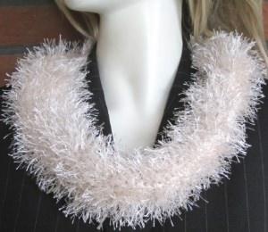 Loop handgehäkelt aus Fransenwolle in Creme kaufen