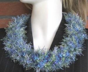Rundschal handgehäkelt aus Fransenwolle in Blaugrünmeliert kaufen