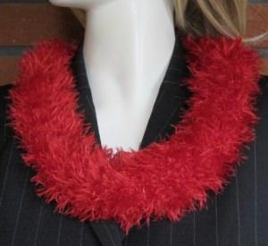 Rundschal handgehäkelt aus Fransenwolle in Rot kaufen