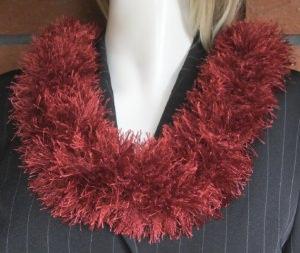 Loop aus rostroter Fransenwolle handgefertigt