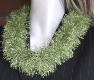 Loop handgehäkelt aus Fransenwolle in Kiwigrün kaufen