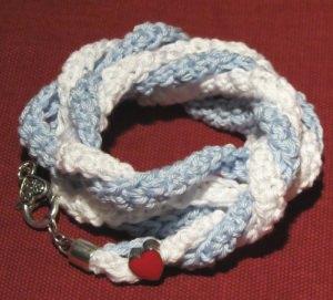 Wickelarmband ♡ mit einer roten Herzperle ♥ handgehäkelt aus Baumwolle kaufen