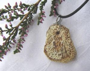 Kettenanhänger Naturstein an einem schwarzen Wachsband handgemacht kaufen
