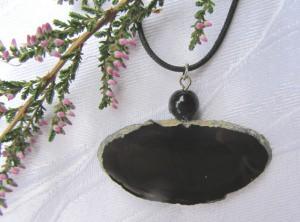 Kettenanhänger Naturstein an einem schwarzen Wachsband kaufen