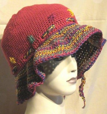 Roter Hut mit bunter Krempe aus Baumwolle handgehäkelt