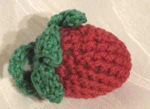 Erdbeere ♡ handgehäkelt aus Baumwolle als süßer kleiner Anhänger in Größe A kaufen