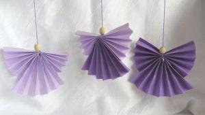 Engel handgemacht aus Tonzeichenpapier in Lila und Flieder mit einer Holzperle zum Aufhängen bestellen