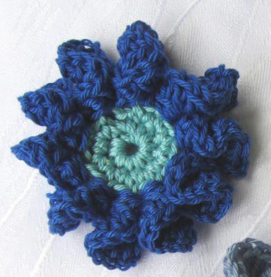 Blüte ☀ zweifarbig handgehäkelt aus Baumwolle in Dunkelblau und Helltürkis oder in Ihrer Wunschfarbe bestellen