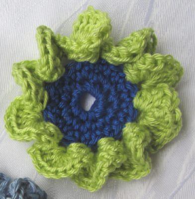 Blüte ☀ zweifarbig handgehäkelt aus Baumwolle in Hellgrün und Dunkelblau oder in Ihrer Wunschfarbe bestellen