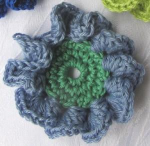 Blüte ☀ zweifarbig handgehäkelt aus Baumwolle in Hellblau und Grün oder in Ihrer Wunschfarbe bestellen