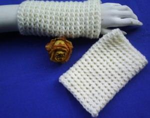 Handgehäkelte Armstulpen gehäkelt aus dicker Wolle in Wollweiß kaufen - Handarbeit kaufen