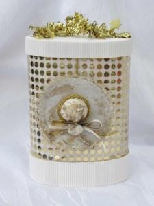 Geschenkschachtel ☆ handgefertigt aus Wellpappe und anderen Materialien in Weiß und Goldfarben kaufen